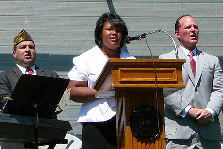 CRLS Vocalist Ophelia Smith Leads the Audience in God Bless America (5/28/2009) - Cynthia Abatt